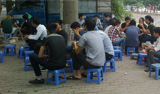 Các quán trà vỉa hè luôn đông khách. Mỗi quán có thể bán tới vài trăm cốc trà đá một ngày.