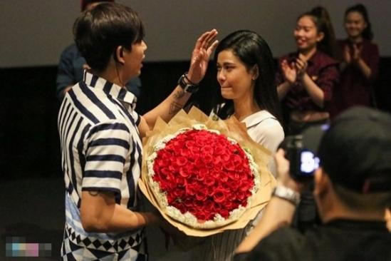 Bất ngờ hơn khi cả Tim và Trương Quỳnh Anh đều im lặng và liên tục đăng tải hình ảnh hạnh phúc trên trang cá nhân. Đến tháng 8/2016, Tim đã bí mật tổ chức buổi cầu hôn Trương Quỳnh Anh tại một rạp chiếu phim khiến Trương Quỳnh Anh bật khóc vì hạnh phúc.