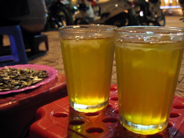 Trà đá vỉa hè là món đồ uống bình dân rất phổ biến ở Hà Nội.