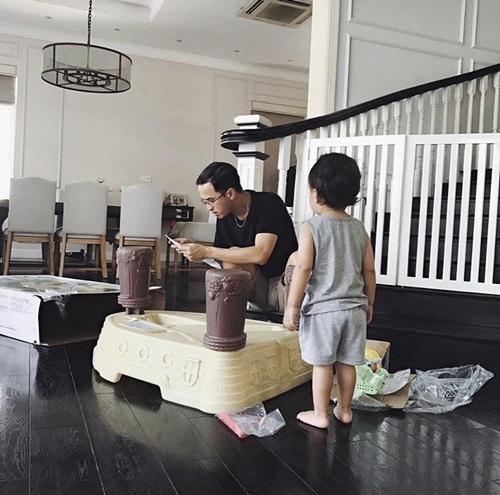 Ở tuổi lên 2, cậu bé được bố mẹ hết sức cưng chiều. Louis Nguyễn đang giúp con trai lắp ráp đồ chơi.