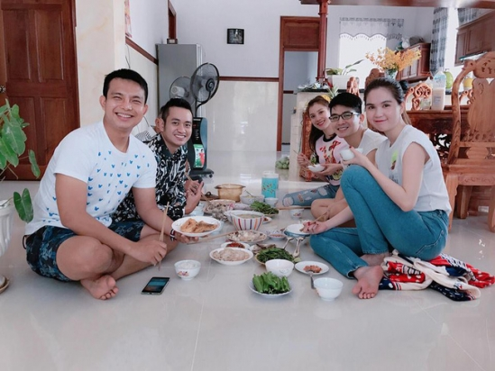 Người đẹp còn xuất hiện trong một bữa cơm thân mật của một người bạn.