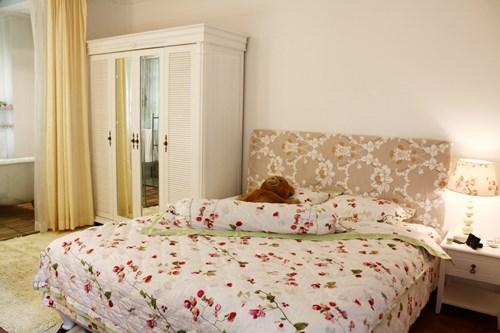 Phòng ngủ của ca sĩ Hiền Thục với tông trắng ngà, điểm xuyến hoa cỏ nhẹ nhàng, trang nhã, không quá cầu kỳ, không nhiều chi tiết, đơn giản như chủ nhân của không gian này.