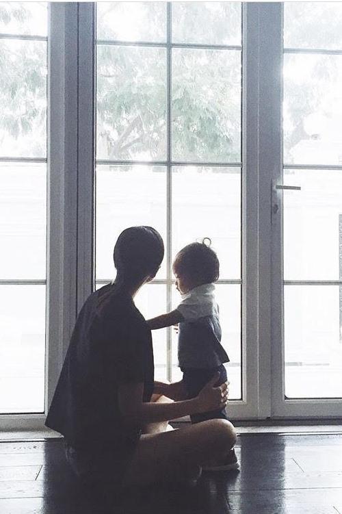 Từ sau khi lập gia đình, Tăng Thanh Hà ít chia sẻ về cuộc sống đời tư, con trai của cô cũng được giấu kỹ. Thỉnh thoảng, Hà Tăng mới đăng một vài bức ảnh không rõ mặt của bé.