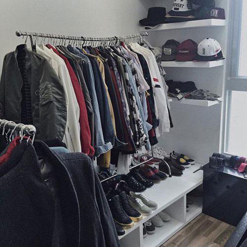 Tủ để chật kín quần áo, mũ nón, giày dép của Sơn Tùng M-TP