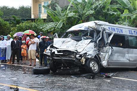 Sau vụ va chạm, một trong hai chiếc xe đã bẹp dúm phần đầu. Ảnh báo Kon Tum