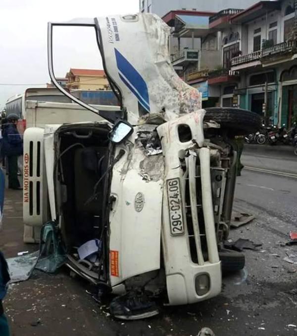 Cú đâm mạnh của xe khách khiến xe tải lật nghiêng và tài xế bị thương nặng. Ảnh: (Bạn đọc cung cấp)