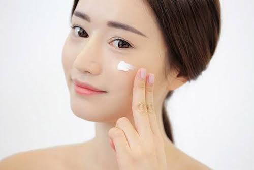 Dùng kem lót trang điểm: Kem lót gần như là một yếu tố không thể thiếu nếu nàng muốn lớp make up có được hiệu ứng đẹp nhất, lên thật đều, không vón cục và không bị bột. Kem lót như là một nền móng cho lớp make up, đăc biệt là vào những lần bạn phải make up dày. Kem lót giúp kiểm soát lượng dầu trên da ổn định hơn và là một lớp bảo vệ da khỏi các hóa chất từ các lớp kem phấn sau đó. Một lớp nền mịn màng và có độ bóng tự nhiên chắc chắn sẽ đem đến một cái nhìn toàn diện thật trẻ trung, bóng khỏe cho gương mặt của nàng.