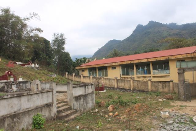 Khu phòng học hai tầng của Trường mầm non thị trấn huyện Quan Hóa nằm cạnh nghĩa trang