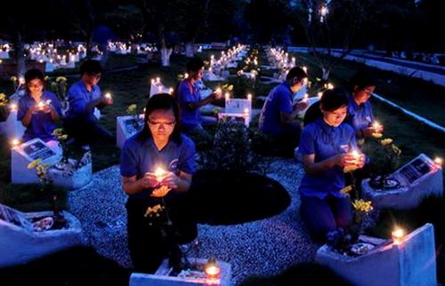 Đoàn viên thanh niên thắp nến tri ân các anh hùng liệt sĩ tại nghĩa trang. Ảnh:TL