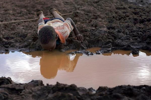 Nguồn nước cạn kiệt là những thảm họa trái đất được báo trước nếu con người không tiết kiệm nước. Ảnh internet