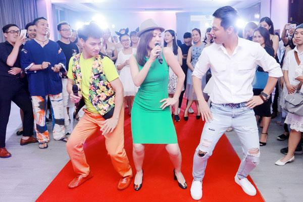 Thu Minh say sưa biểu diễn bên cạnh hai vũ công bất đắc dĩ.