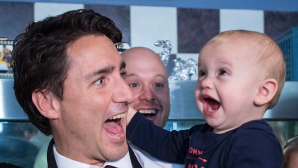 Hoặc trong một chuyến đi vận động tranh cử, Thủ tướng thoải mái cười hết cỡ bên cạnh một em bé.