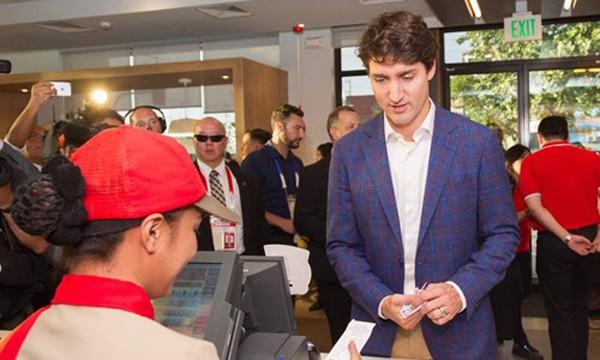 Hay như mới hôm qua, tại Manila, Phillippines, Thủ tướng Canada lại gây ấn tượng mạnh khi đứng xếp hàng mua gà rán.