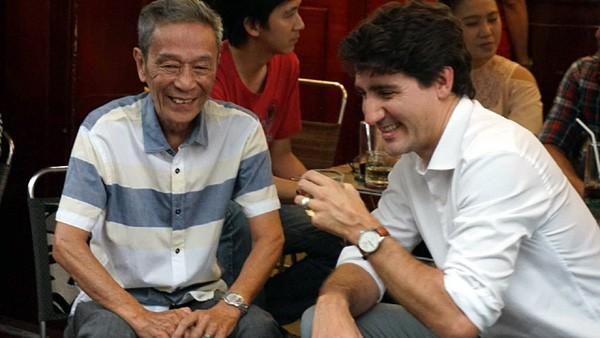 Hội nghị cấp cao Apec vừa qua, Thủ tướng Canada đã khiến phái nữ Việt phát sốt với hình ảnh uống cafe vỉa hè. Trong ảnh, Thủ tướng Canada đang uống cafe cùng ông Nguyễn Công Hiệp, một người từng có hơn 20 năm làm việc tại lãnh sự quán Canada tại TP HCM.