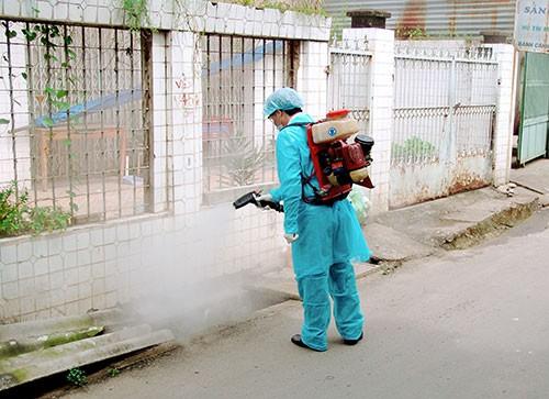 Cần mặc đò bảo hộ để tránh thuốc diệt muỗi dính vào người, gây dị ứng. Ảnh minh họa.