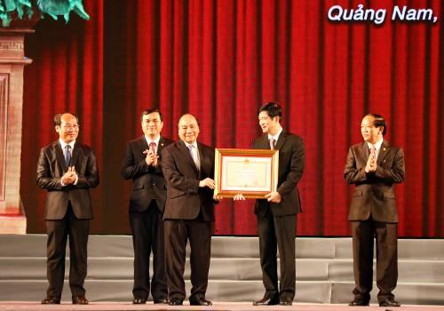 Thủ tướng Nguyễn Xuân Phúc trao Huân chương Độc lập hạng Nhất cho tỉnh Quảng Nam. Ảnh: BTC