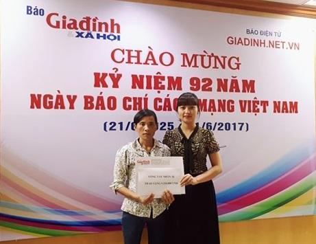 Bà Phạm Thị Thu Ngọc đại diện chuyên mục Vòng tay nhân ái – Báo Gia đình & Xã hội trao tiền cho chị Nguyễn Thị Vui là mẹ bé Chiến. Ảnh PT