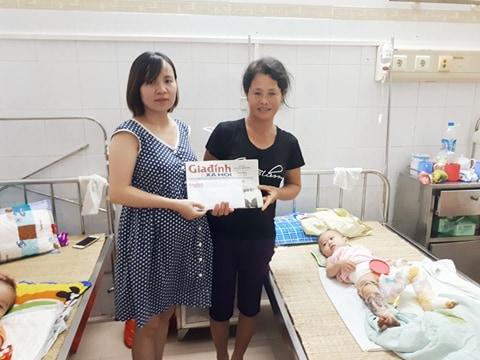 PV Phương Thuận - đại diện chuyên mục Vòng tay nhân ái trao tiền bạn đọc ủng hộ qua Báo cho mẹ cháu Lịch