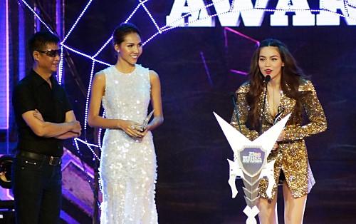 Hồ Ngọc Hà nhận giải Nghệ sĩ của năm