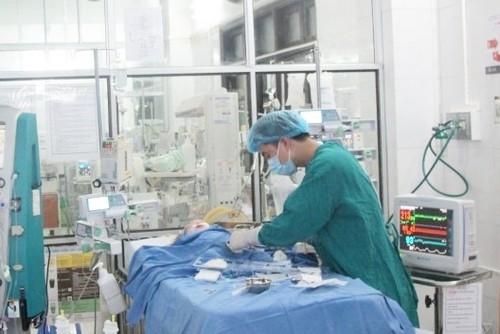 Bác sĩ đang tiến hành lọc máu liên tục cho bệnh nhi. Ảnh minh hoạ