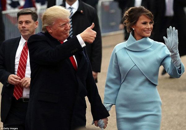 Ông cùng vợ là bà Melena Trump liên tục vẫy tay chào người dân nước Mỹ.