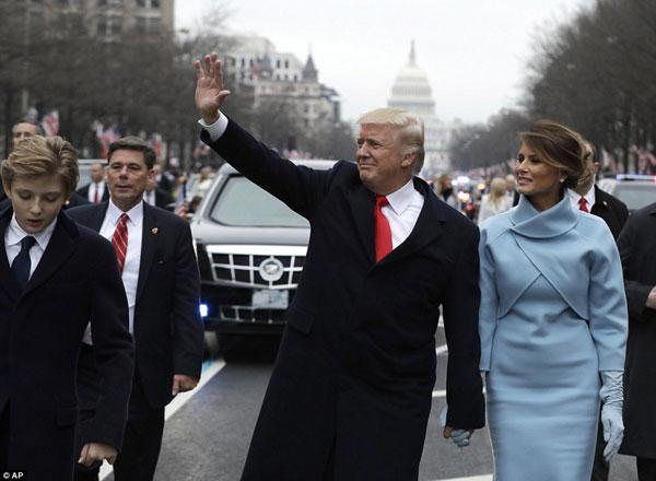 Ông Donald Trump đã xuất hiện trong chiếc xe bọc thép để đến với Nhà Trắng.