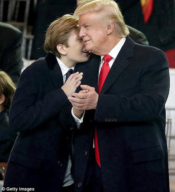 Được biết, trong ngày lễ nhậm chức của cha, cậu bé Baron Trump có vẻ rất mệt mỏi nhưng chàng trai mới 10 tuổi vẫn cố gắng tham gia để ủng hộ tình thần cha.