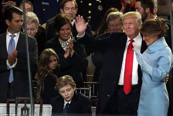 Ông Donald Trump vẫy tay chào mọi người bên cạnh ông là những người thân yêu.