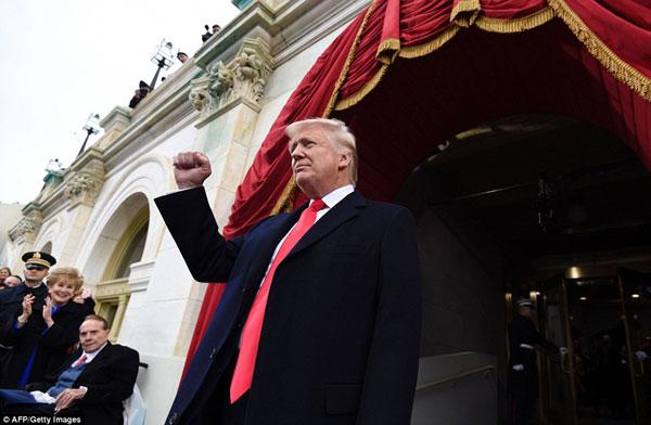 Ông Trump đã xuất hiện ra lễ đại trước thời khắc thiêng liên nhất trong cuộc đời mình. Donald Trump liên tục giơ ngón tay cái biểu hiện cho sự chiến thắng cùng sự hài lòng và nói lời cảm ơn với tất cả mọi người.