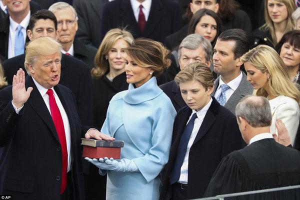Và giờ đây ông đã là Tổng thống Mỹ thứ 45 trước sự chứng kiến của gia đình...