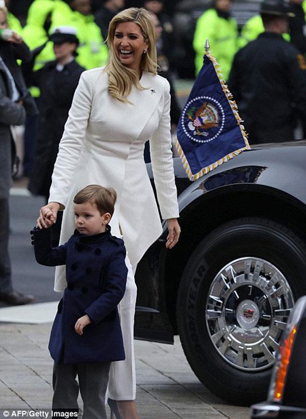 Trong khi đó, con gái cưng của ông, Evanka Trump cũng cùng con trai di chuyển về nơi diễn ra sự kiện trọng đại. Trước đó, cô đã lên tiếng xin nước Mỹ cho cha cô một cơ hội.