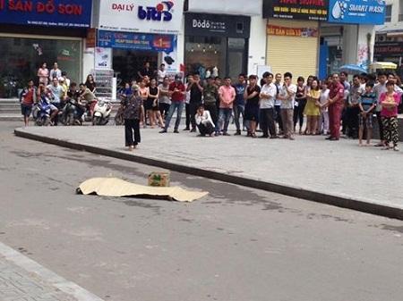Vị trí nạn nhân rơi từ tầng trên xuống cách chân tòa nhà khoảng 5m.