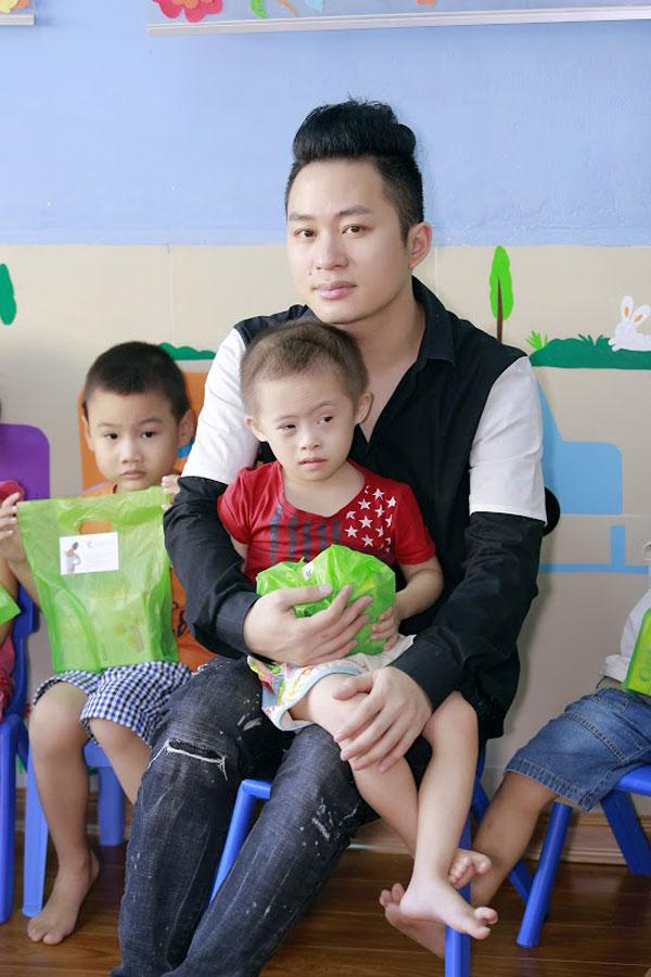 Một số hình ảnh của Tùng Dương trong chuyến từ thiện.