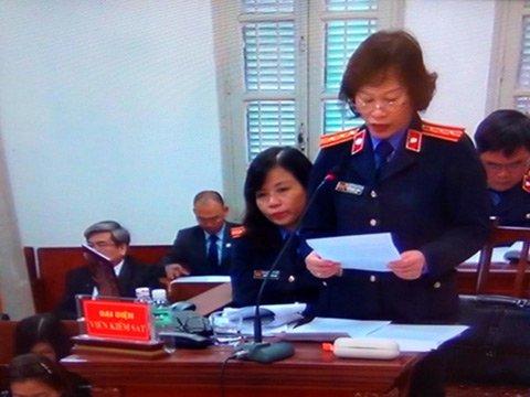 Đại diện Viện Kiểm sát công bố bản cáo trạng vụ án dài hơn 100 trang. (ảnh: TL)