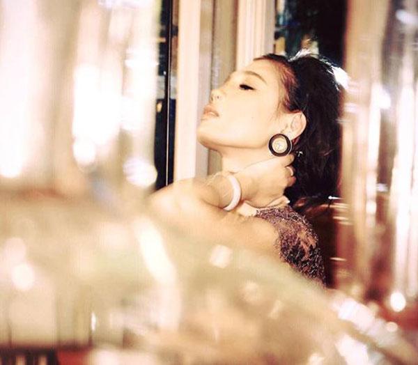 Cô được khen ngợi không chỉ vóc dáng gợi cảm xinh đẹp mà còn ở tài hoa trong nhiều lĩnh vực.