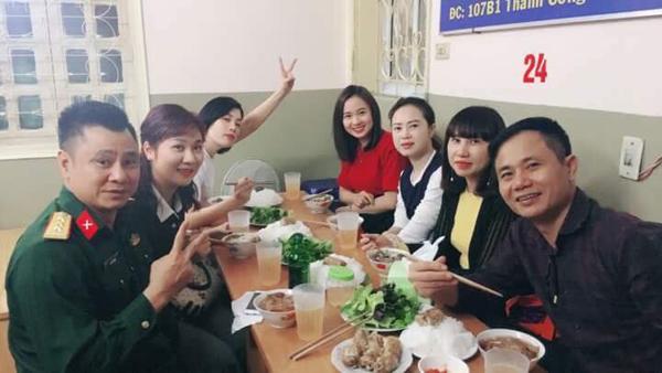 Tuy nhiên, ngay sau đó, trưa 17/10, vợ Xuân Bắc đã đi ăn trưa vui vẻ cùng gia đình Tự Long.