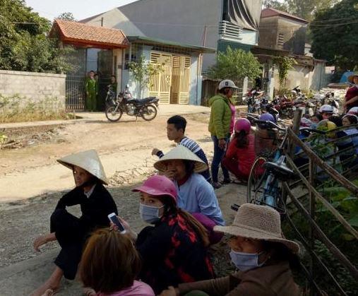 Rất đông người dân tập trung tại nhà anh Thuận để chia buồn cùng gia đình và chờ thông tin truy lùng thủ phạm từ phía công an