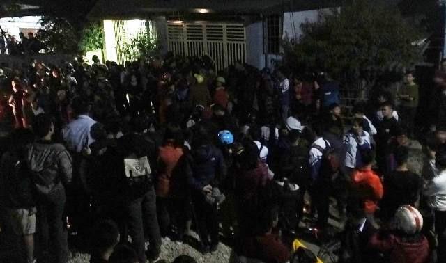 Rất đông người dân tụ tập tại nhà Thuận để theo dõi vụ việc.