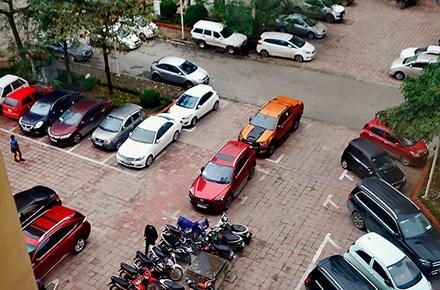 Khu chung cư Nam Trung Yên, các xe ôtô đỗ hết phần sân chung...