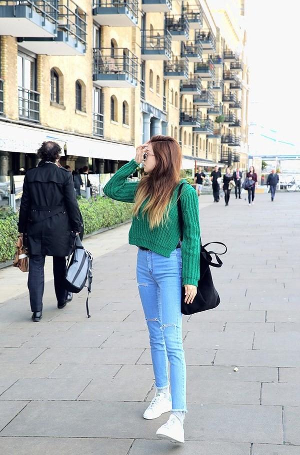 Hay set đồ đơn giản với áo len croptop xanh lá, quần jeans sáng màu và giày thể thao trắng - Ảnh: Internet