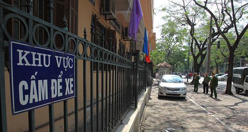 Xe ô tô đỗ vào khu vực dành cho xe máy trên vỉa hè đường Lý Thường Kiệt.