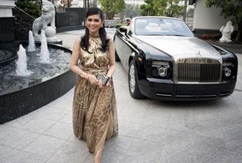 Bà Thủy Tiên cùng chiếc Rolls-Royce tại biệt thự của mình.