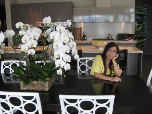Di Yến Quỳnh rất thích hoa nên ngay trên bàn ăn của gia đình được bày một chậu hoa phong lan trắng rất đẹp