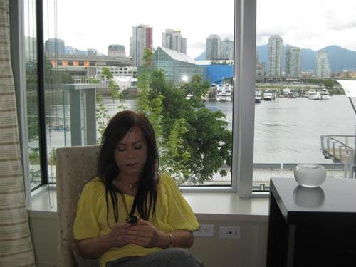 Ngồi cạnh ban công có thể ngắm được cả thành phố Vancouver nhộn nhịp
