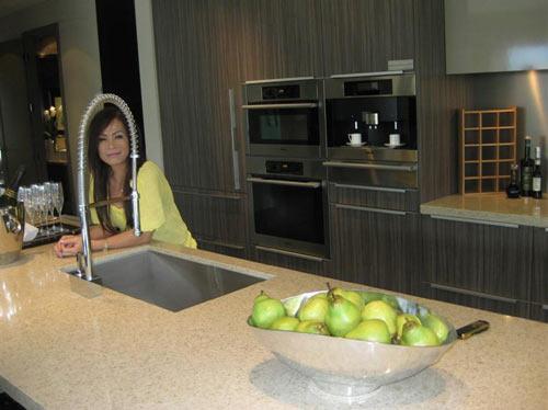 Phòng bếp của vợ chồng chị được bày biện gọn gàng và đẹp mắt
