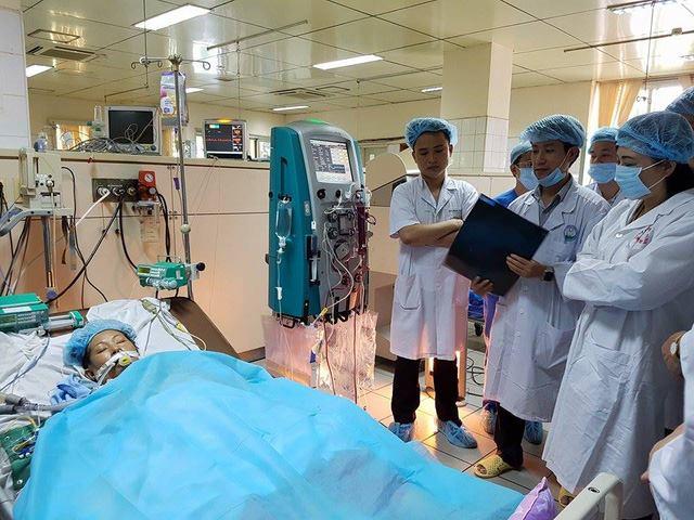 Bộ trưởng Bộ Y tế thăm bệnh nhân nặng của sự cố y khoa chạy thận đang điều trị tại BVĐK Hòa Bình