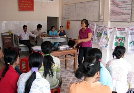 Tuyên truyền về SKSS và KHHGĐ cho chị em phụ nữ vùng sâu huyện Kiên Lương trong chiến dịch. Ảnh: T.Nghĩa