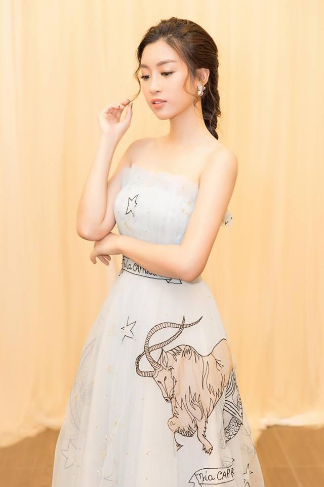 Với lối trang điểm và kiểu tóc nhẹ nhàng, Mỹ Linh như công chúa bước ra từ truyện cổ tích.