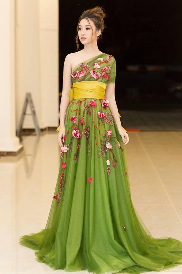 Không quá hở nhưng chỉ cần một bờ vai hờ hững thế này, Mỹ Linh đã đốn tim người yêu thời trang.