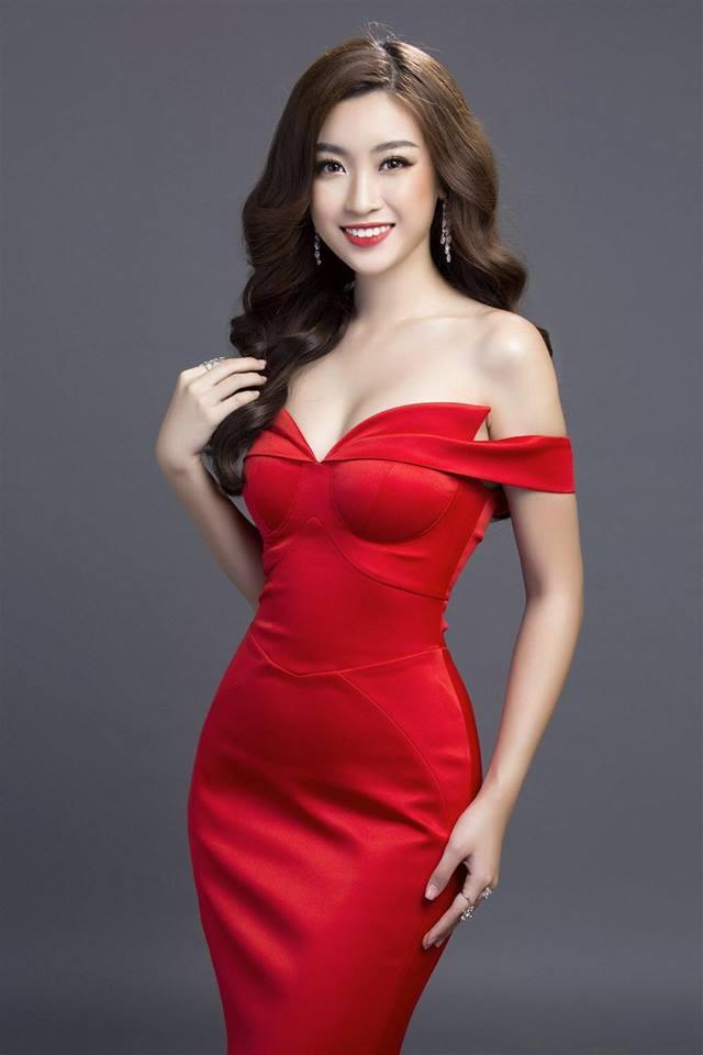 Mỹ Linh với chiếc đầm đỏ vừa sang trọng vừa quyến rũ.